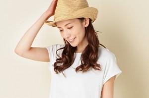 【LAR更新】30代・40代流「無地Tシャツ」を今っぽく着こなすテク3つ | 30代・40代からの美容マガジンLAR